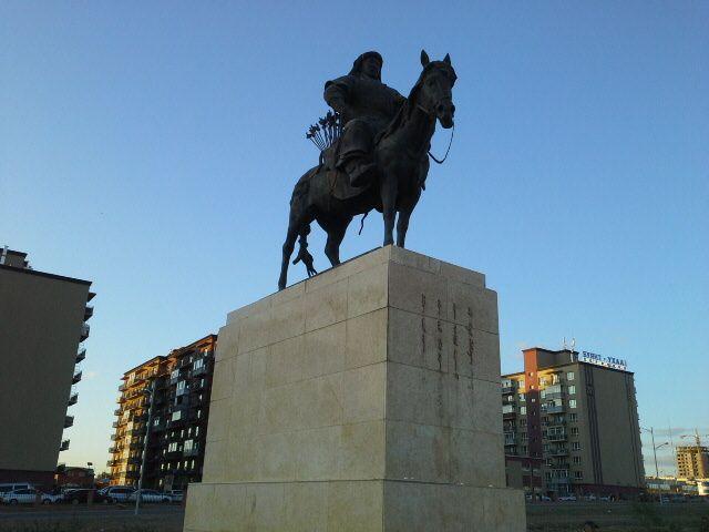 Statue equestre de genghis khan devant l'aeroport.