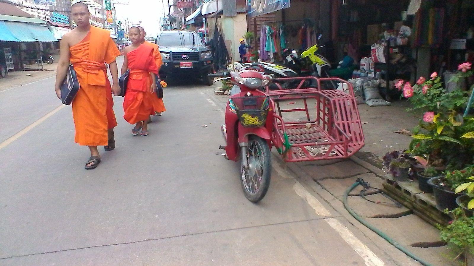 moines bouddhistes dans la grande rue de Chiang Kong ( Thailande )