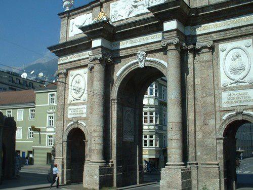 Innsbrück : Le château d'Ambras...et le tremplin de ski.