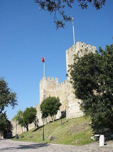 Les deux tours du château Saint Georges .Il fut construit par les wisigoths au Vème siècle.