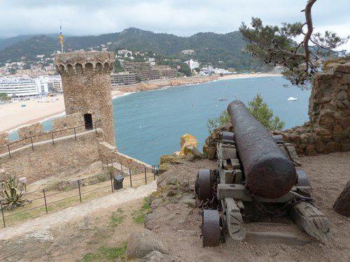 Tout là-haut, les vieux canons sont toujours tournés vers la mer.