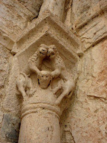 Détail d'un chapiteau de l'une des colonnes de l'entrée de l'hôpital.