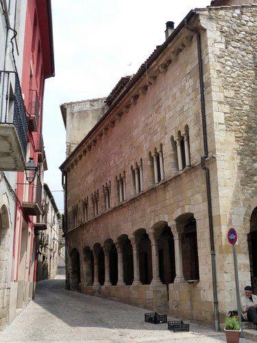 Autour de la place, de jolies maisons à colonnades.