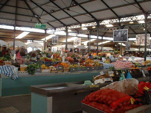 Le grand marché couvert et sa profusion de victuailles .