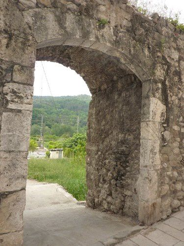 Une porte dans d'épaisses murailles : la ville était fortifiée.