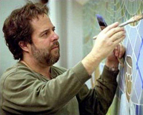 L'artiste John Hugh au travail.