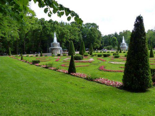 Espaces fleuris au milieu d'une végétation soignée.