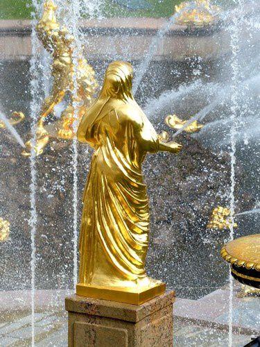 Cette eau qui jaillit de partout et toutes ces dorures nous transportent dans un monde magique.