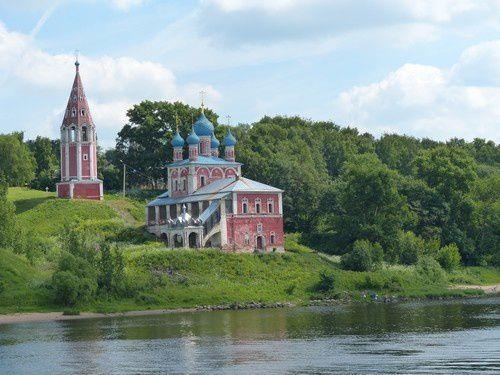 L'église de l'Exaltation de la Croix à Toutaïev