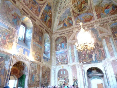 De jolies fresques sur les murs et le plafond.