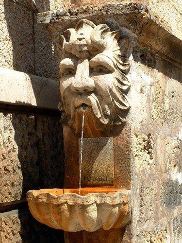 Dans la quartier de la cathédrale les fontaines sont nombreuses.