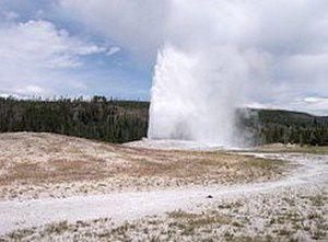 Le Old Faithful, le célèbre geyser qui jaillit avec régularité