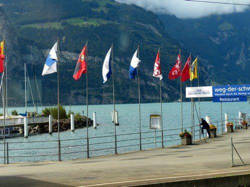 Nous traversons la région des lacs suisses en train.