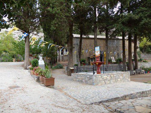 Nous traversons un petit village. La petite place et son église .