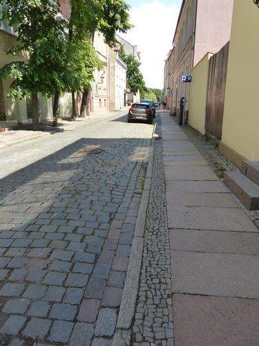 Les rues pavées sont très calmes.
