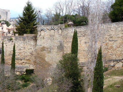 Prendre de la hauteur sur les remparts de Gérone.