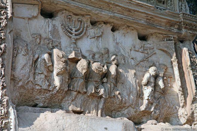 Un panneau visible, avec le Menorah.