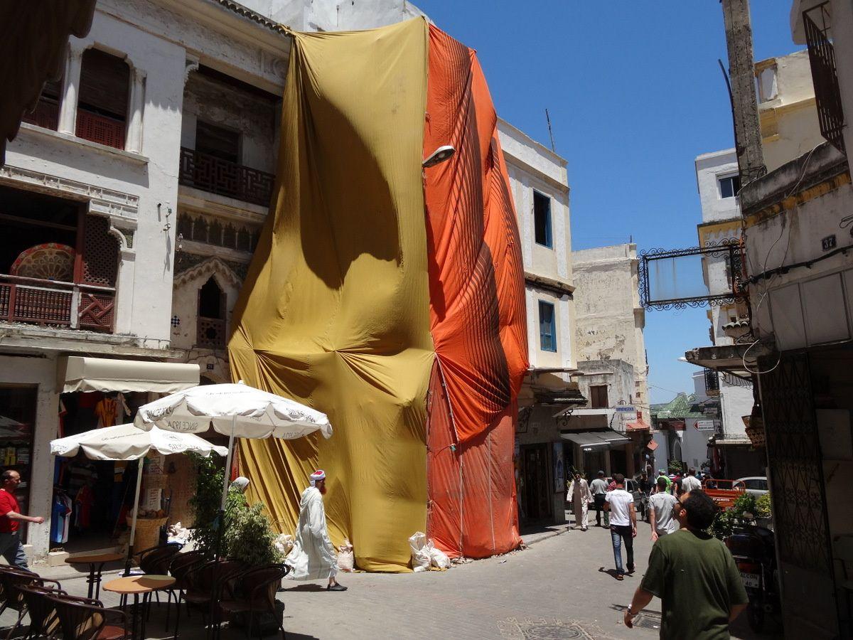 Tanger, jeu de tentures au petit Socco