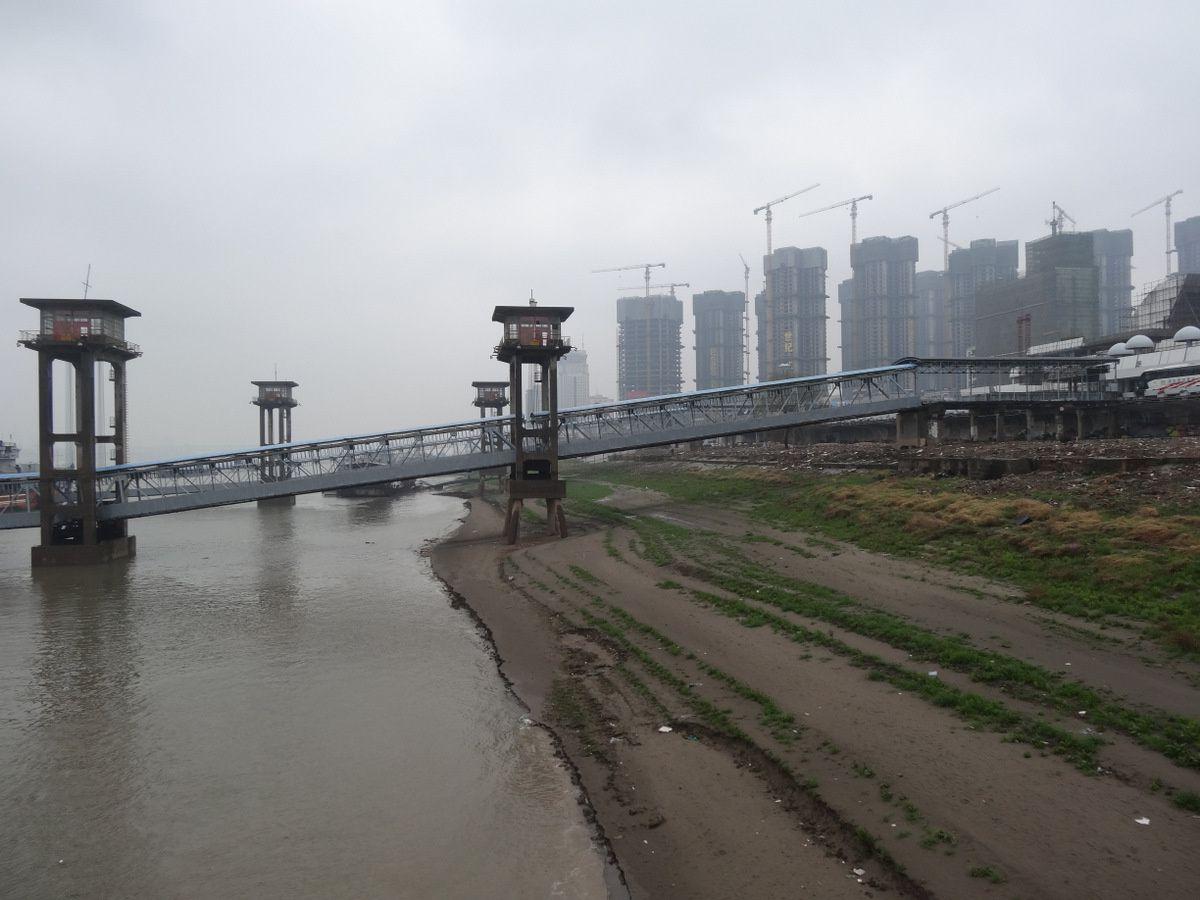 Le long du Yang Tsé Kiang dans la brume
