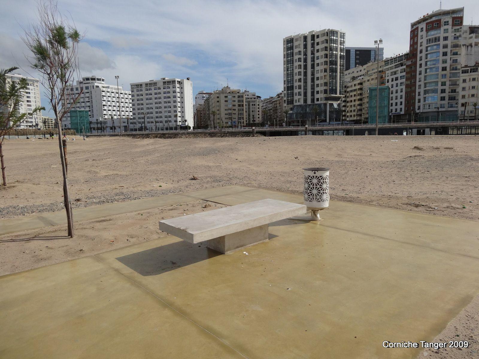 De nouveaux bancs, de nouvelles poubelles sur la corniche à Tanger (2 photos)