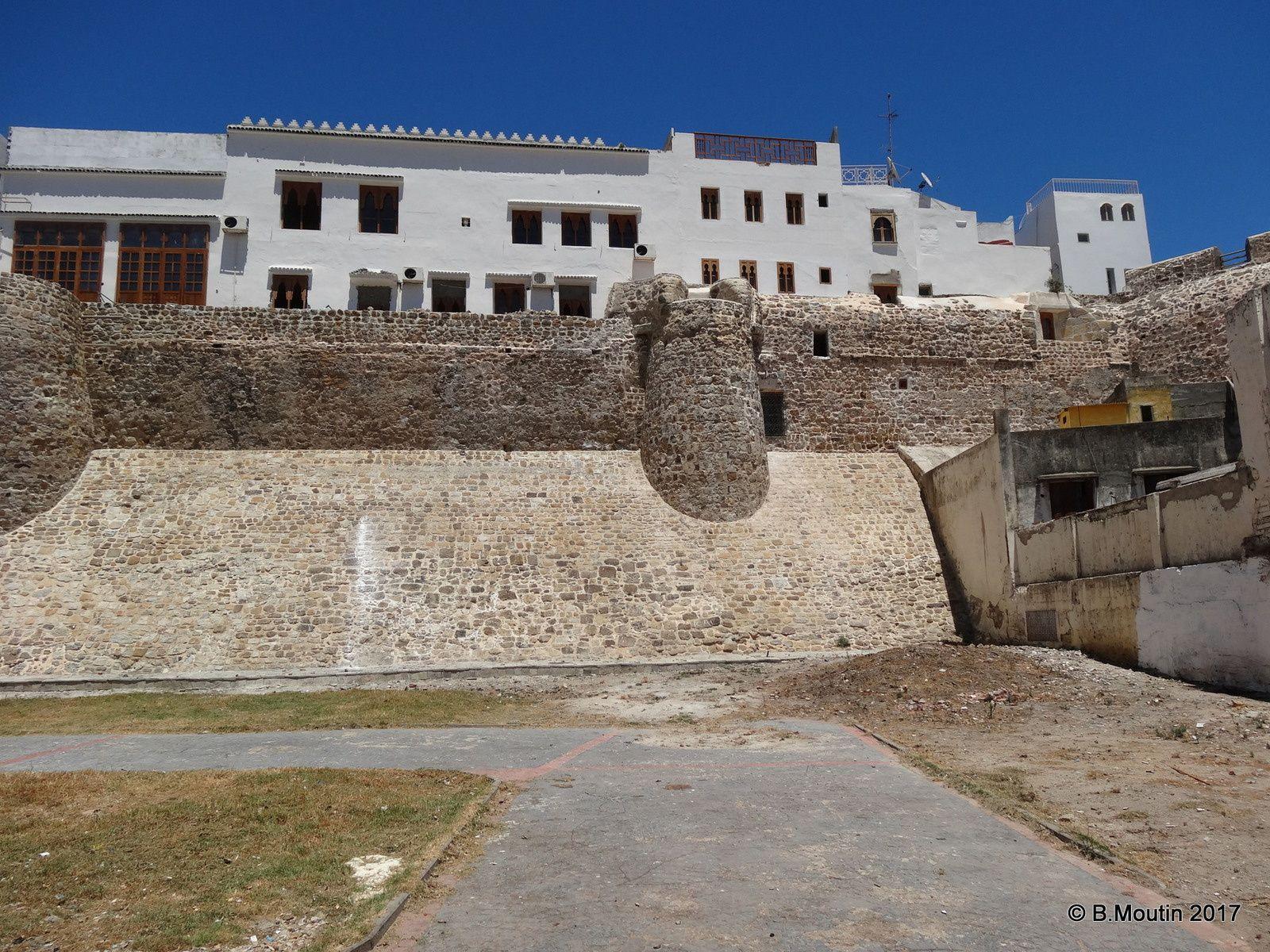 La muraille rénovée de la Médina de Tanger à côté du Marché aux poissons