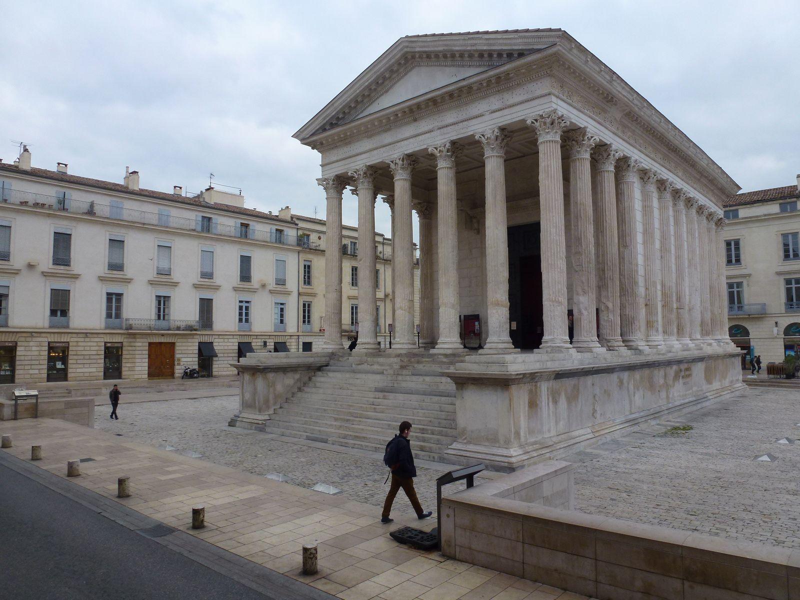 """Nîmes : """"La Maison Carrée me plaisait de biais et au soleil."""" Guillaume Apollinaire"""