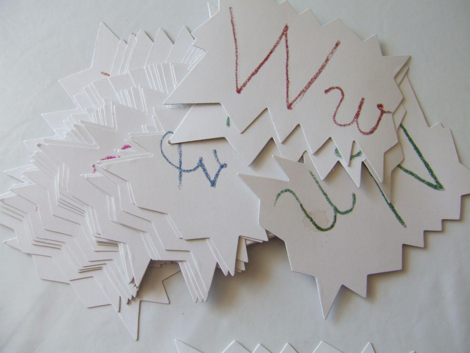 lettres à toucher avec de la colle paillettes.
