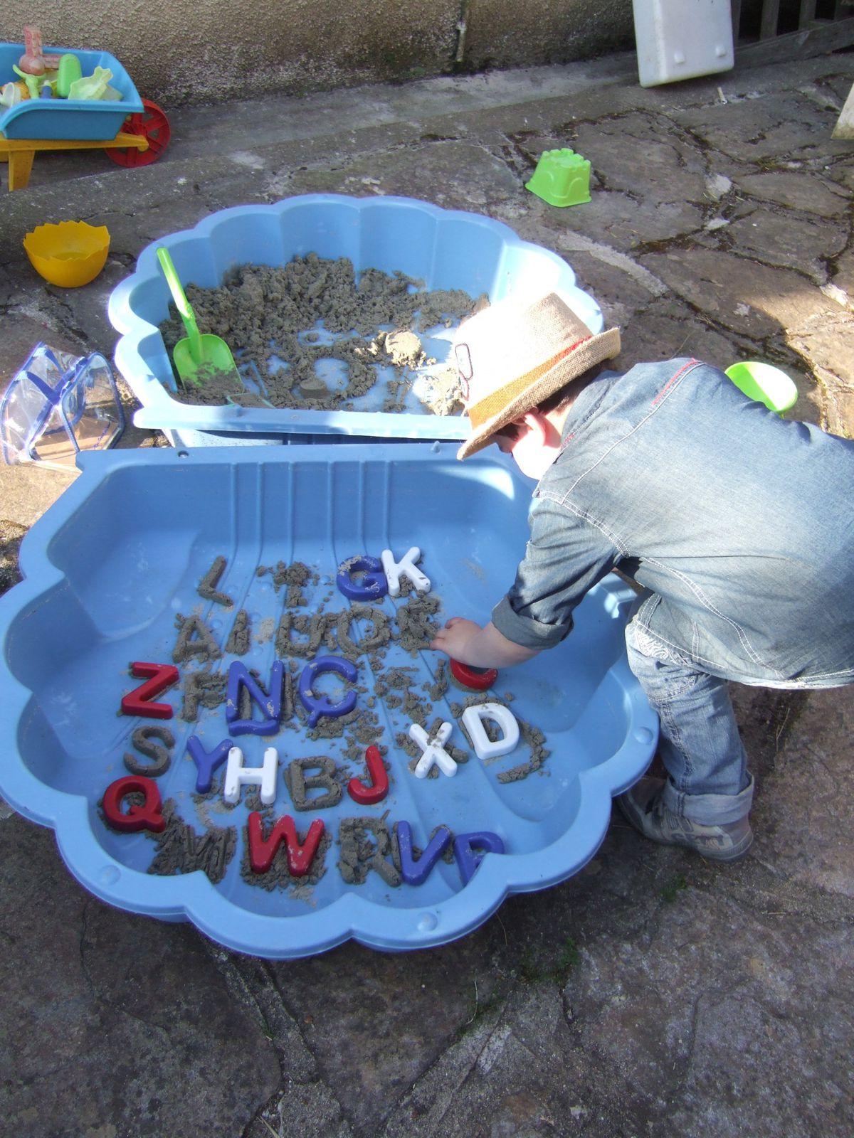 jouer dans le sable, à la plage, à la maison avec des lettres