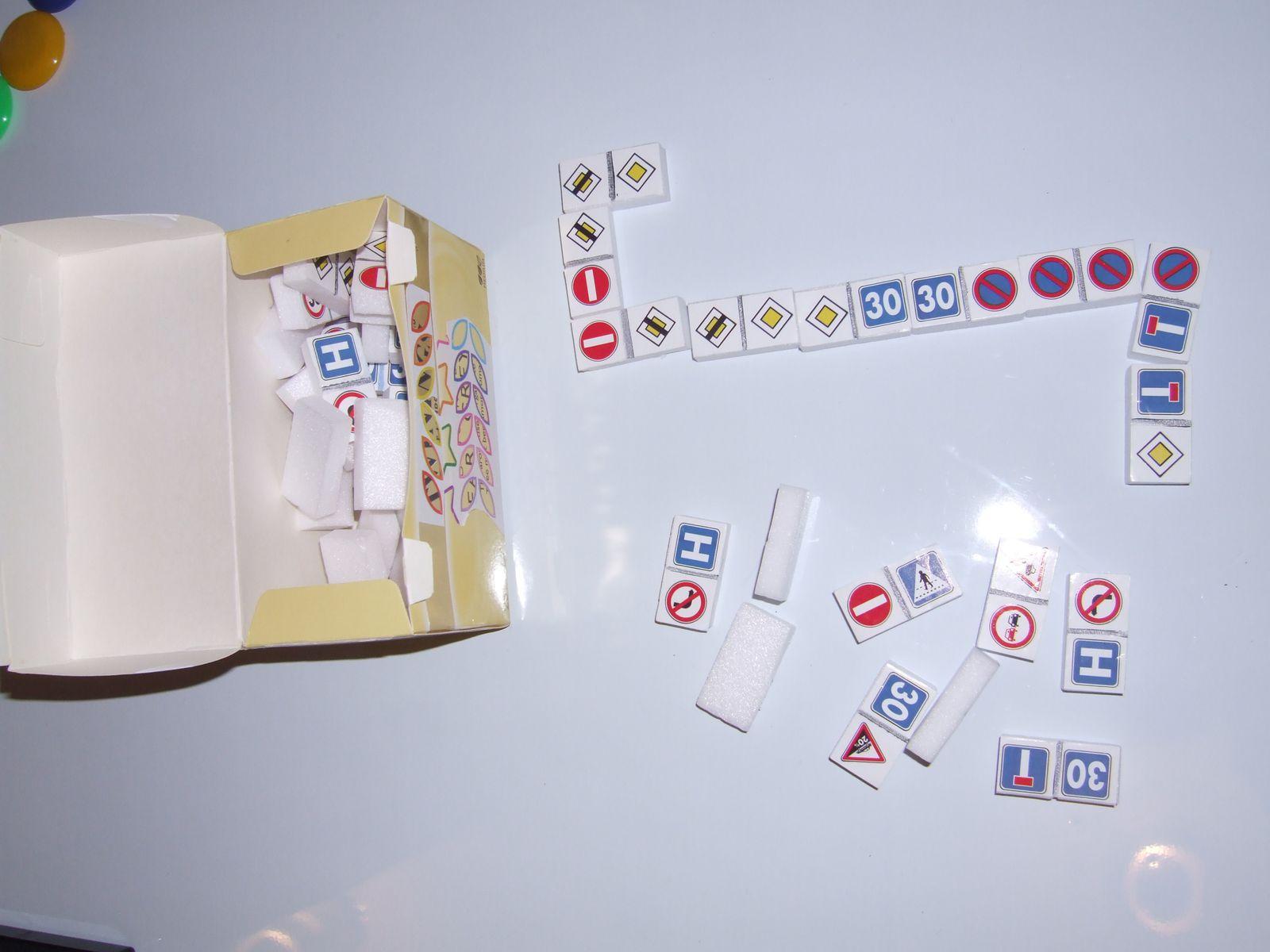 Apprendre à jouer aux dominos en utilisant les objets favoris et &quot&#x3B;obsessionnels&quot&#x3B;s