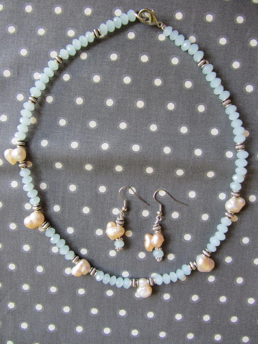 Voici une parure de gala, vous ne trouvez pas ??                                                 la couleur des petites perles de verre est distinguée.                                                                                                       Et je l'ai associé à des perles de nacre aux formes irrégulières.