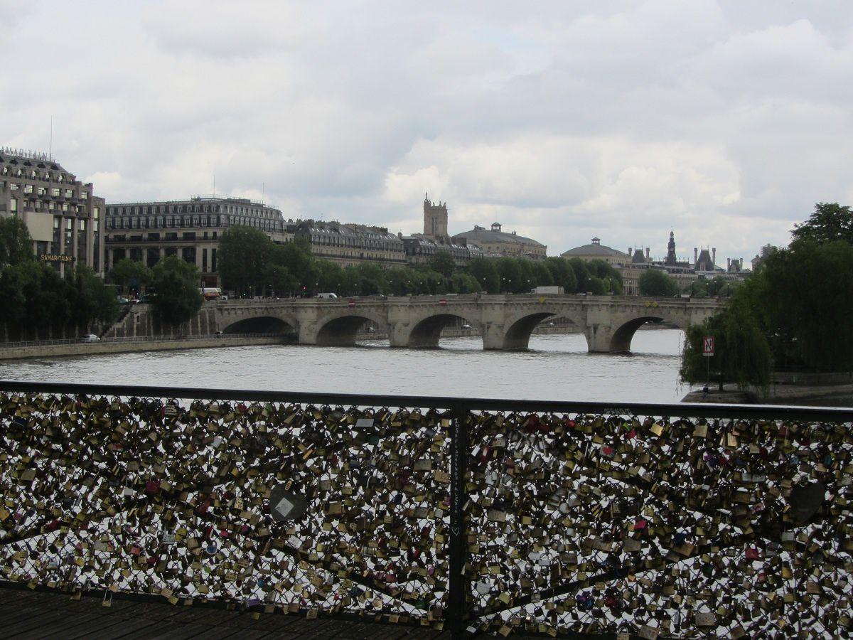 Sur le pont des arts, les amoureux viennent se faire des serments et sceller leur amour en y accrochant un cadenas.