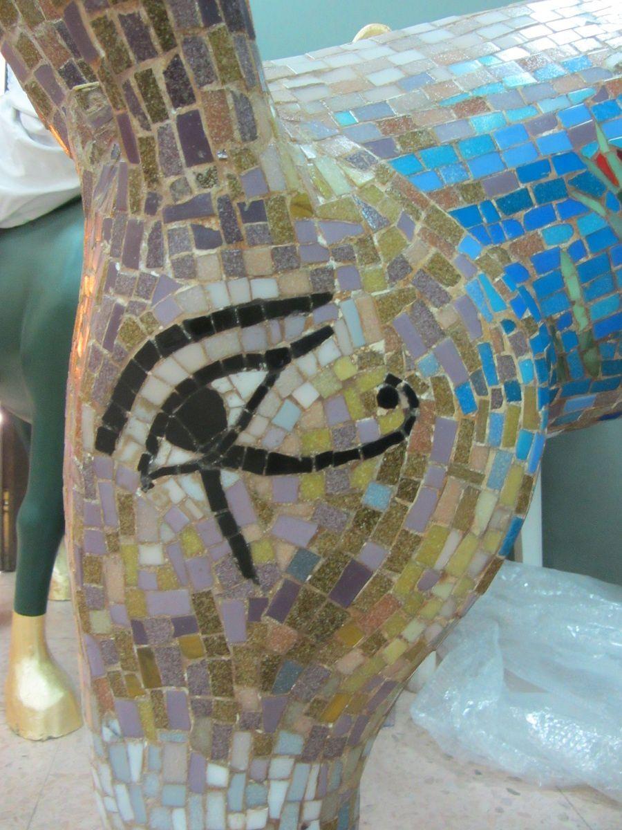 Par contre il semble évident que l'oeil d'Horus ait inspiré l'artiste pour cet autre.