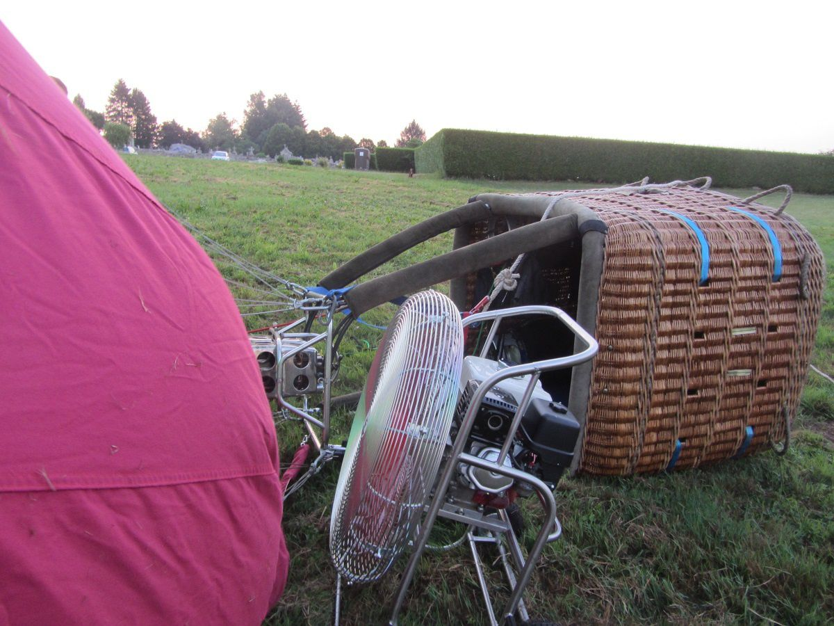 Puis à l'aide d'un ventilateur, l'air est envoyé à l'intérieur du ballon pour le gonfler.