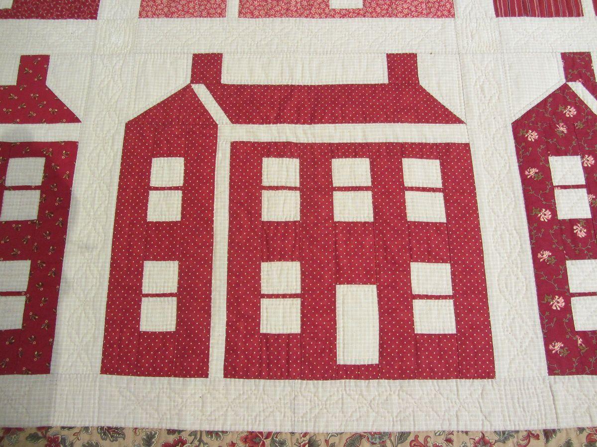 """Ce bloc appelé """"Schoolhouse"""" représente une petite école. Souvent réalisé dans des tissus rouges, symbole de l'école publique en 1862."""