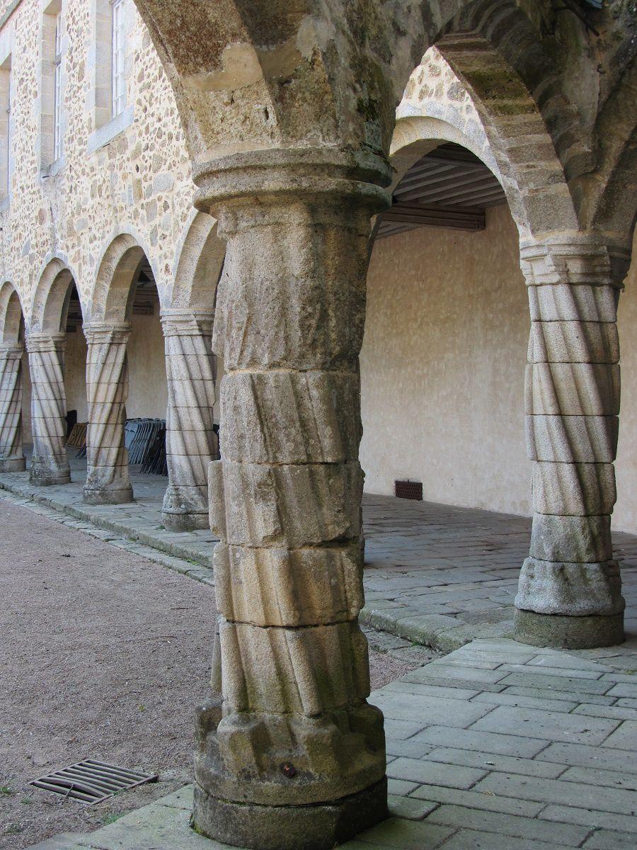 Au niveau de la cours du chateau, une jolie colonnade, décidément tout est tors à Rochechouart.