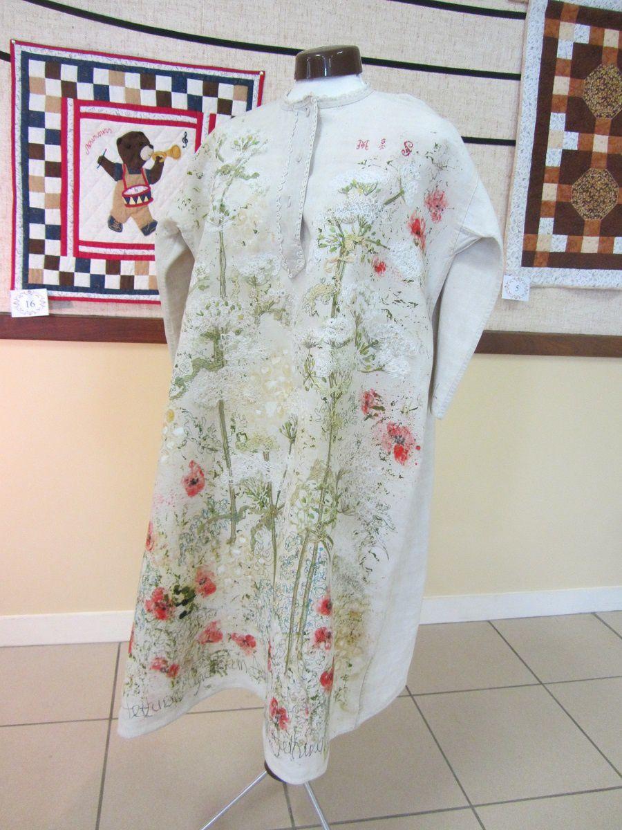 Pour terminer voici une ancienne chemise de nuit en lin, qui a été retravaillée, d'abord à la peinture. Avec un semis de coquelicots et de reines des près.