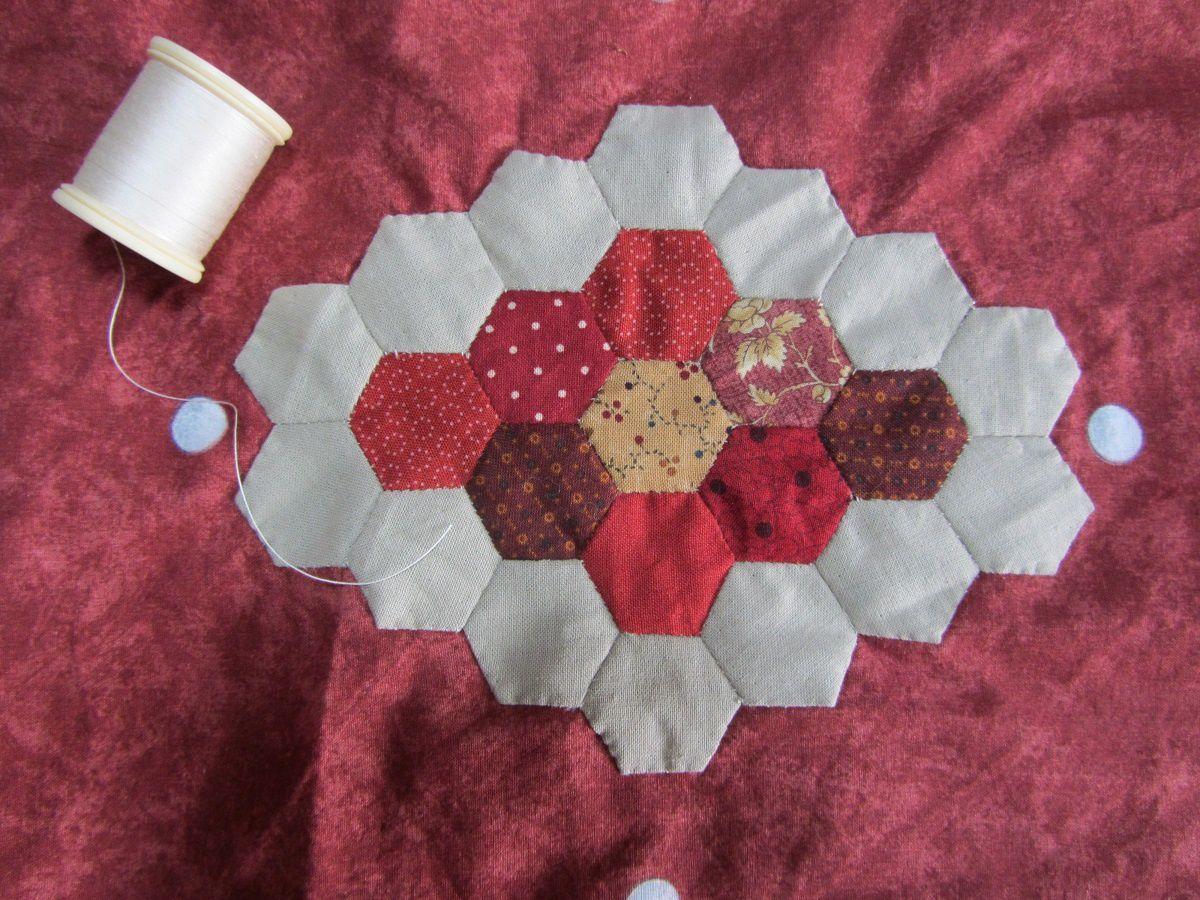 J'ai vu bon nombre d'ouvrages utilisant les hexagones cet été. J'ai donc décidé de m'innitier à cette technique, que je n'avais encore jamais expérimenté. J'ai utilisé la méthode anglaise, celle avec les cartons.