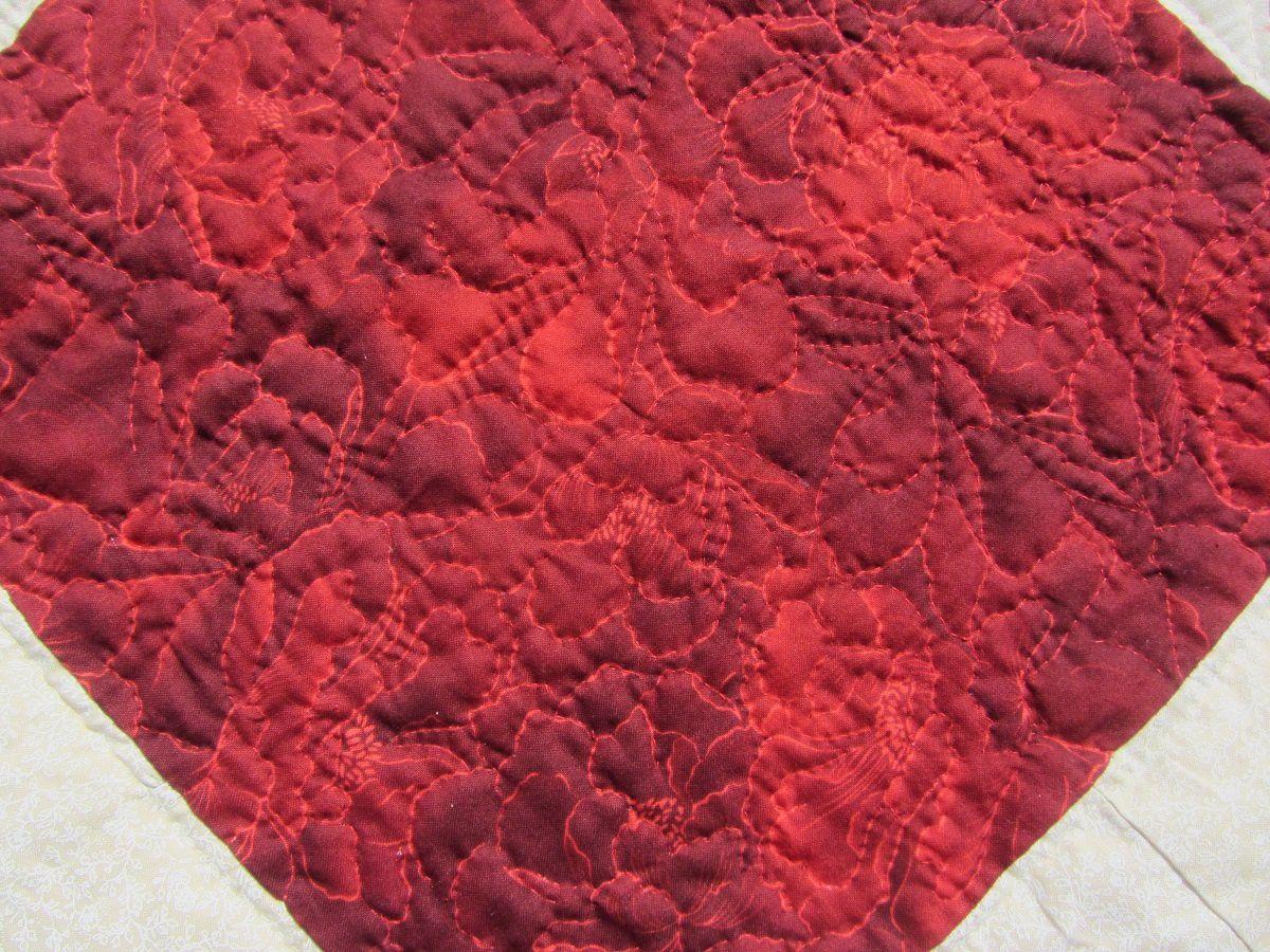 Et pour rendre justice à ce superbe tissu, je n'ai pas hésité à matelassé le contour de chaque pétales des pivoines.