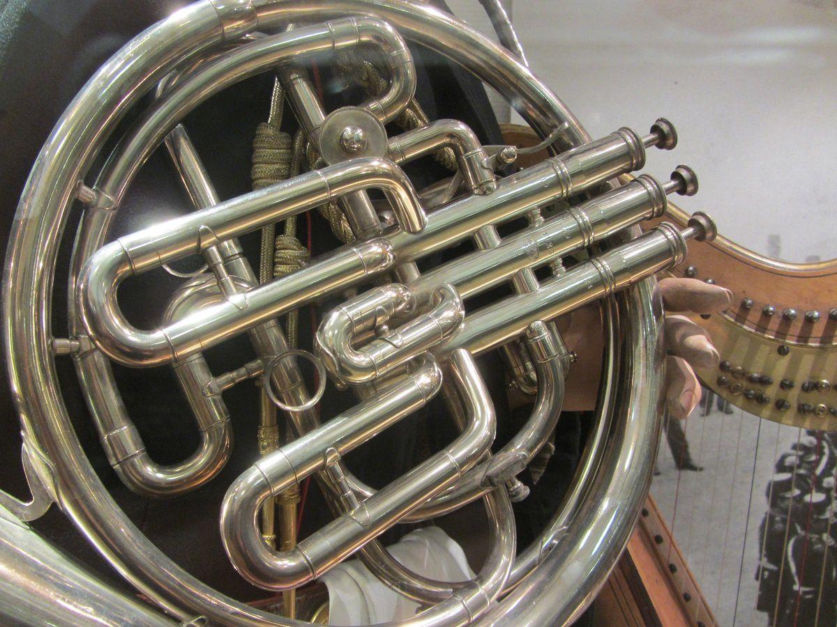 Elle posséde des formations musicales qui comprennent un l'orchestre et le chœur de l'armée française.