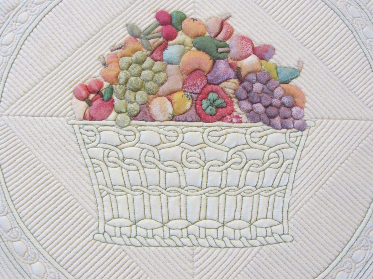 """Voici un détail de """"Régal de fruits"""" de Penelope Roger. A noter un quilting en fil contrasté au point arrière."""