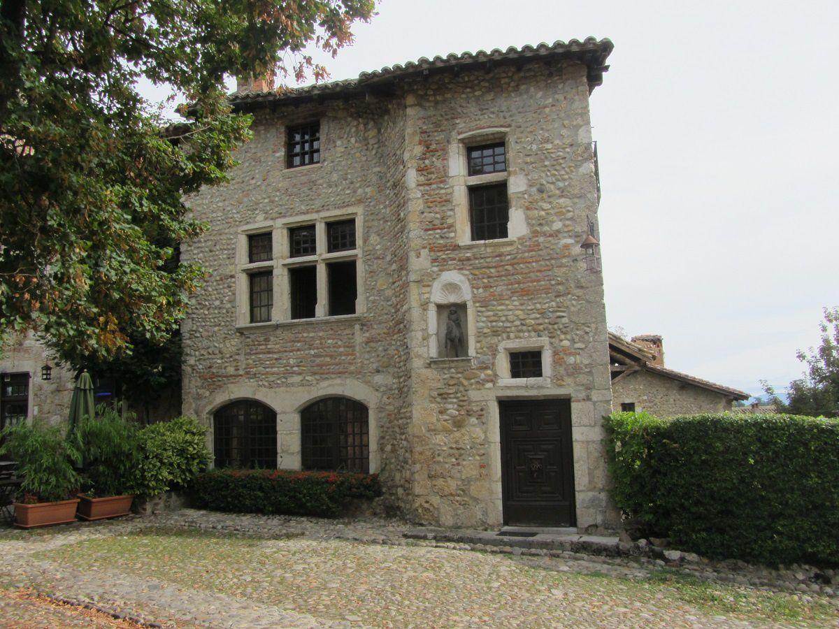 L'architecture est typique du moyen âge.Avec des maisons datant du XV ème et XVI ème siécle.