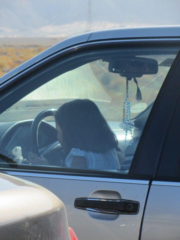 Que dire aussi de cette manie (irresponsable) de conduire avec les enfants sur les genoux.