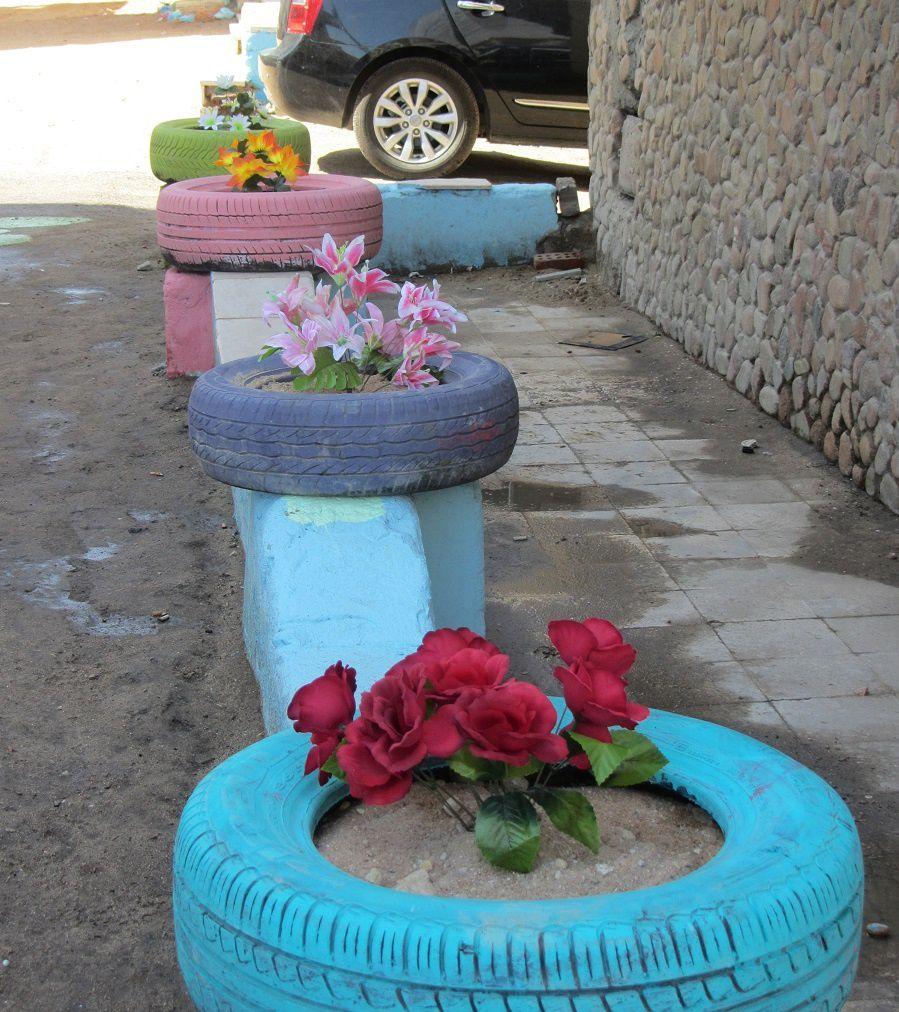 Si en France on a pas de pètrole mais des idées...Les égyptiens ne sont pas en reste pour la débrouille. De vieux pneus repeints vous font une déco très vintage.