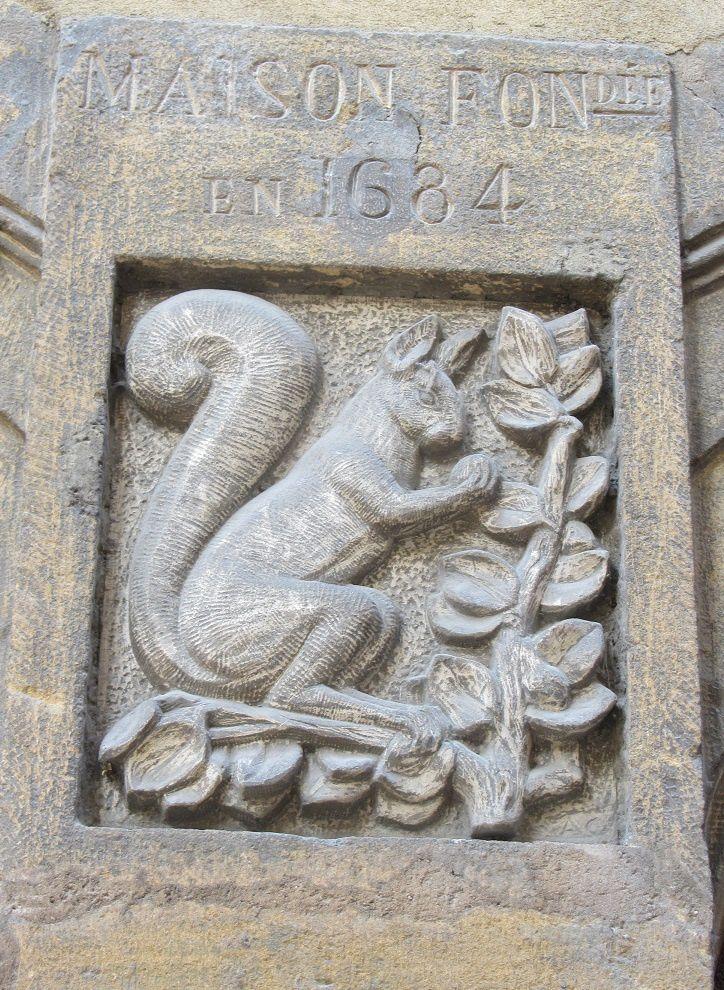 ....Animale , comme ici avec ce charmant écureuil. au dessus d'une porte à Lyon.
