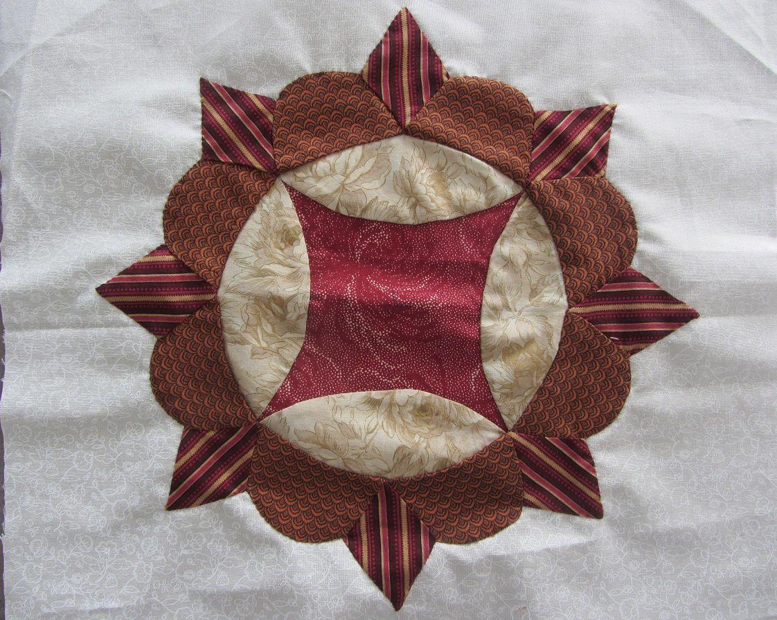 Le bloc est appliqué sur le tissu de fond.