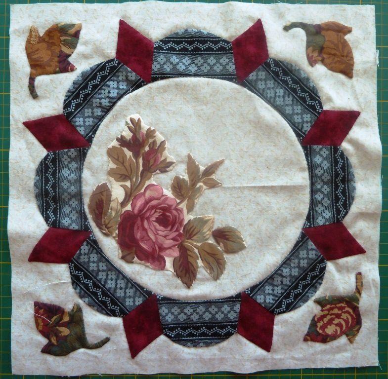 Elle a appliqué des tissus aux motifs de fleurs, ce que je n'ai pas fait pour l'instant sur mes diffèrents blocs, car je n'ai pas encore trouvé le tissu approprié.