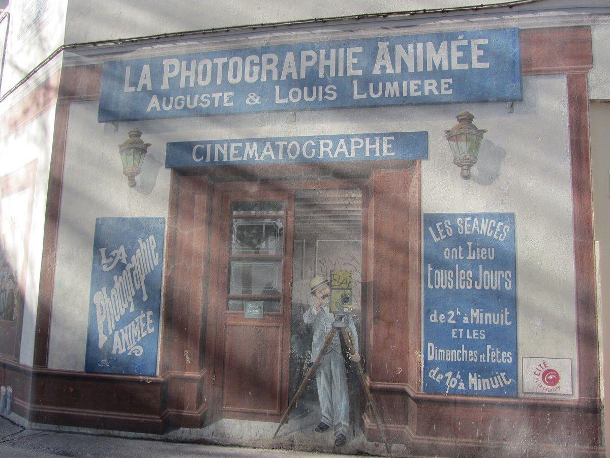 On y voit également un des frères Lumière devant son commerce cinématographique. De l'un à l'autre, sur 500 métres on remonte 100 ans d'histoire du cinéma.