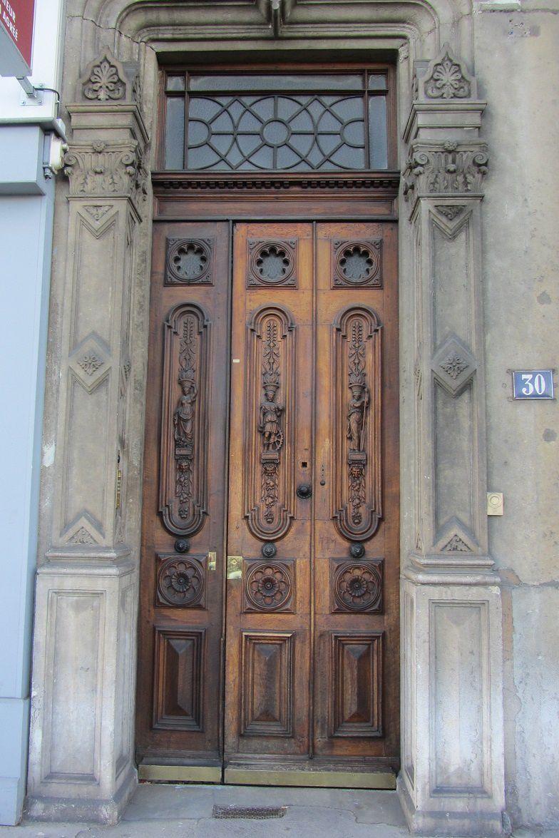 Ah, que voilà une belle porte ! qui mérite à elle seule un post chez la cocotte.