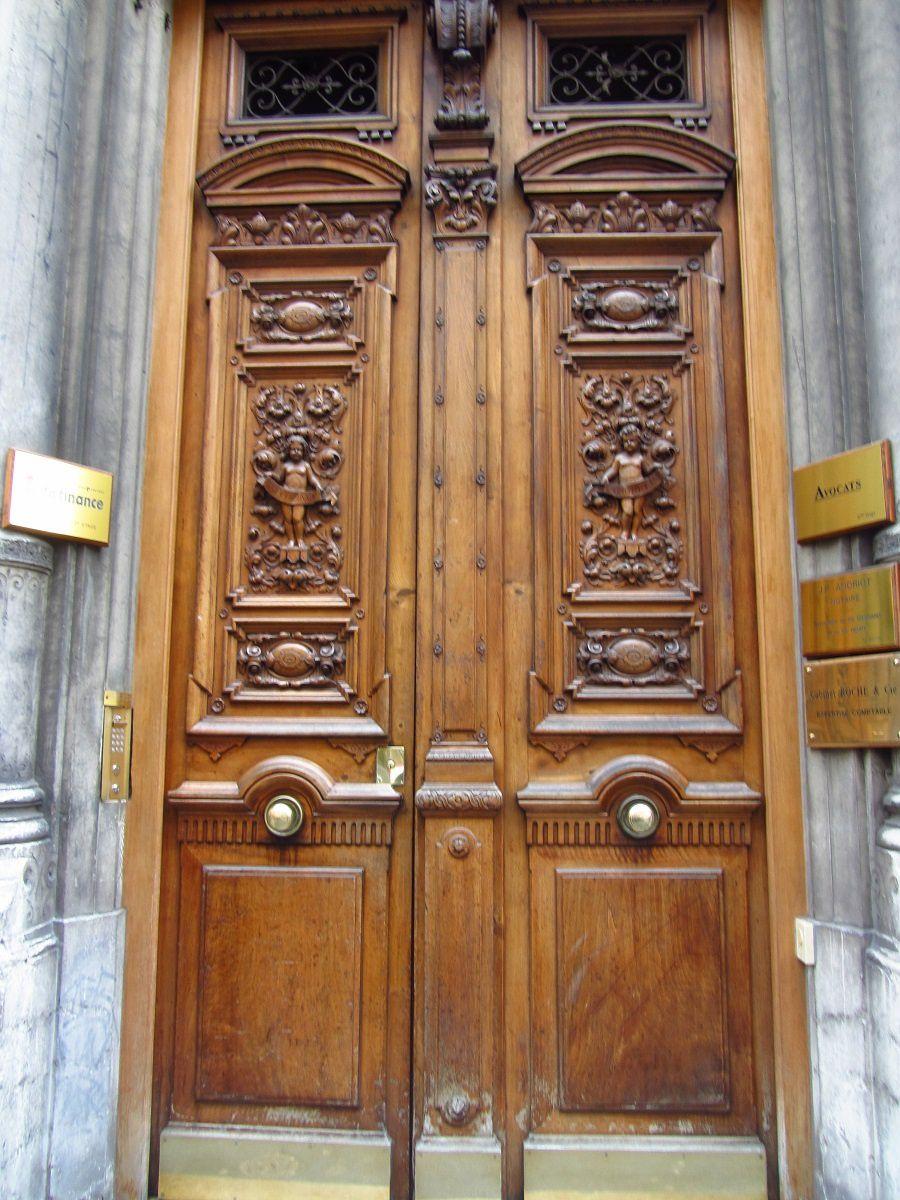 La 2éme porte est un petit bijoux par ses panneaux de bois sculptées.