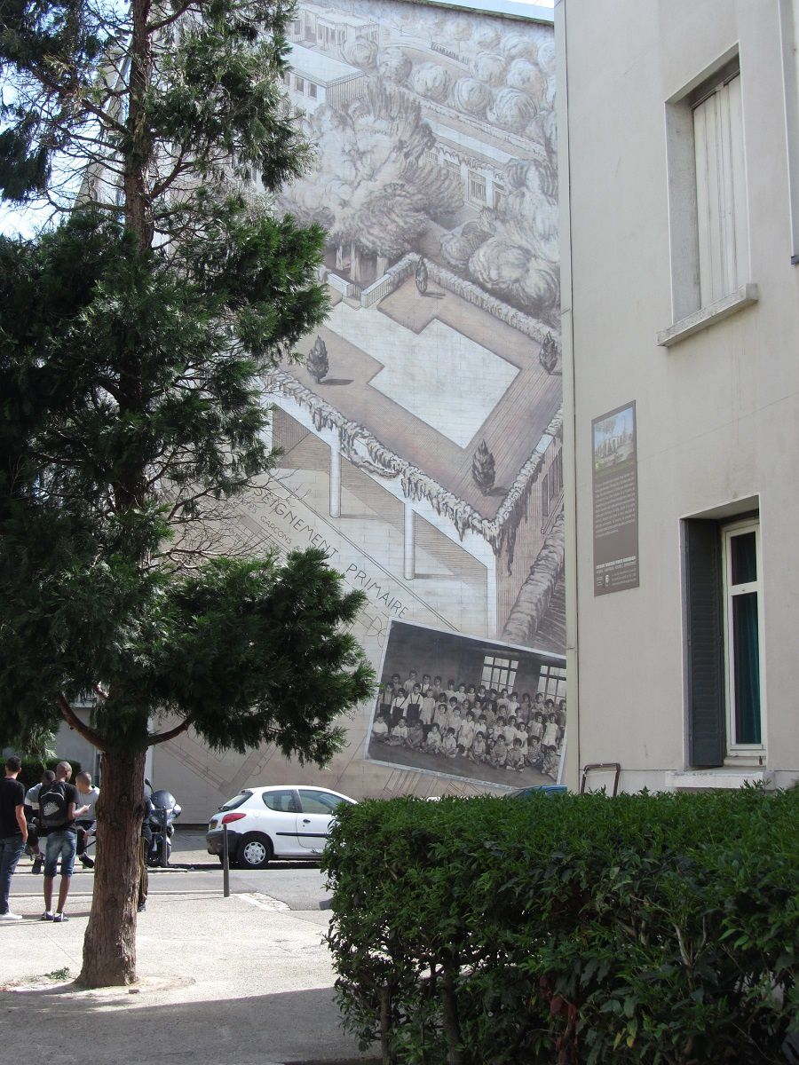 Dans la cité idéale de Tony Garnier, les écoles primaires sont réparties par quartier. L'établissement dispose d'un préau, et d'une cour de récréation sur le toit.